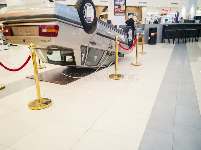 Bil som är uppochnervänd efter vägsammanstötning royaltyfri fotografi