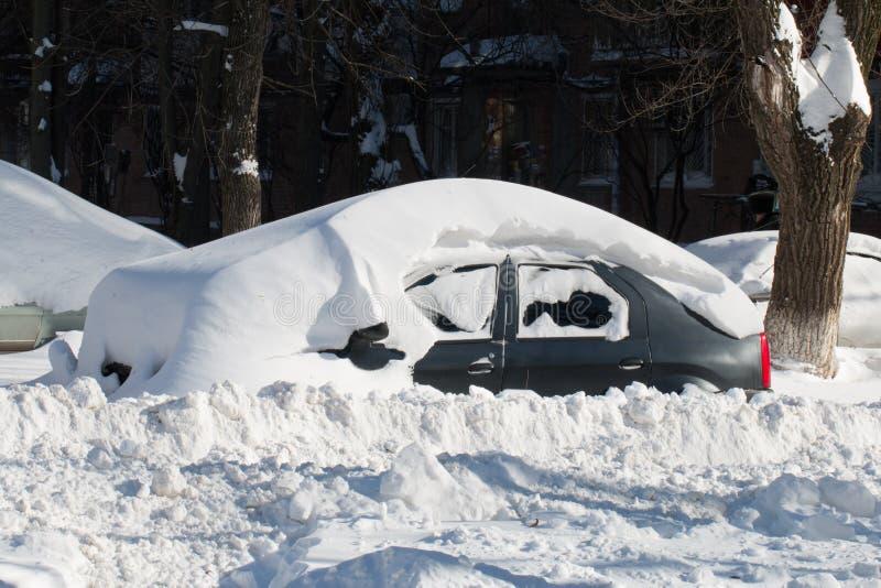 Download Bil som begravas i snö. arkivfoto. Bild av vinter, väg - 37349584