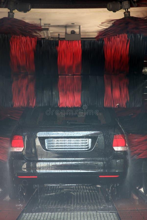 Bil som göras ren i en biltvättenhet royaltyfria foton