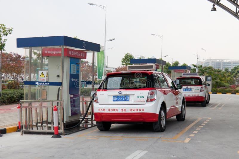 bil som laddar elektriska shenzhen stationer fotografering för bildbyråer