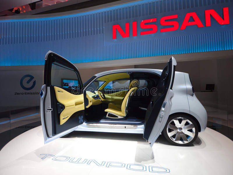 bil som laddar elektriskt futuristic royaltyfri bild