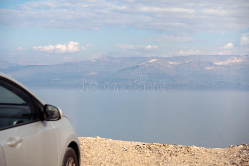 Bil som parkeras ?ver det d?da havet i Israel royaltyfria bilder