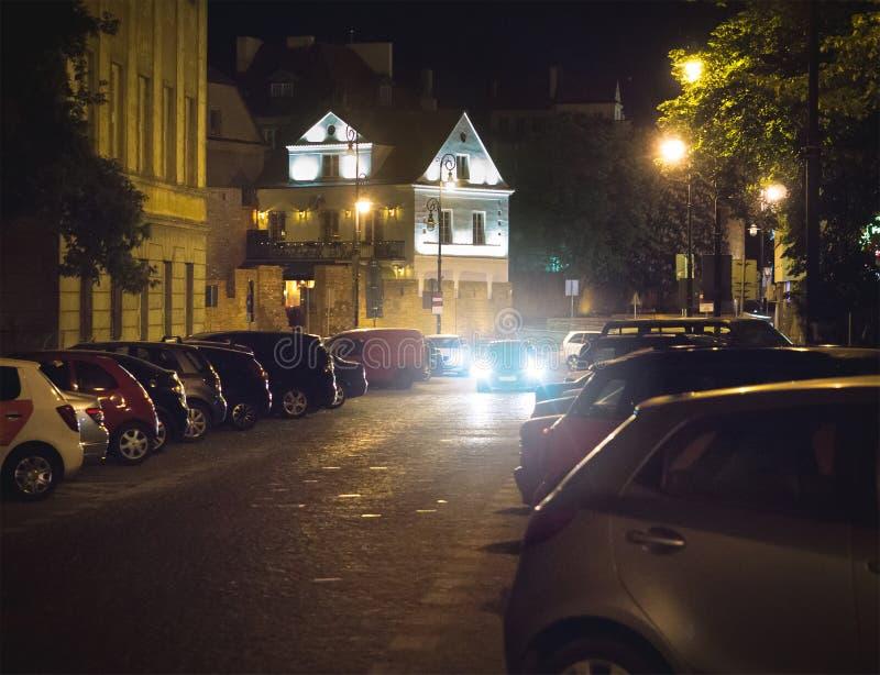 Bil som söker fri parkeringsplats på natten i stads- eller stadmitt Medel som försöker att finna stället för att parkera och stop arkivfoto