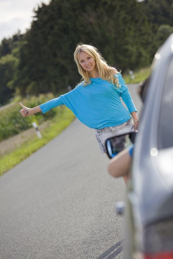 bil som stoppar kvinnan arkivfoton