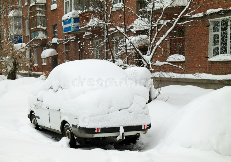 Bil som täckas av en snödriva royaltyfri fotografi