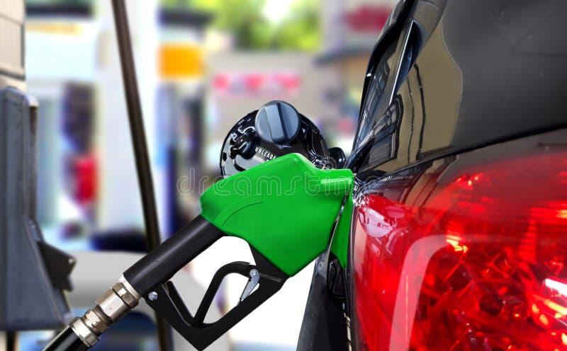 Bil som tankar bensin på stationen arkivbild