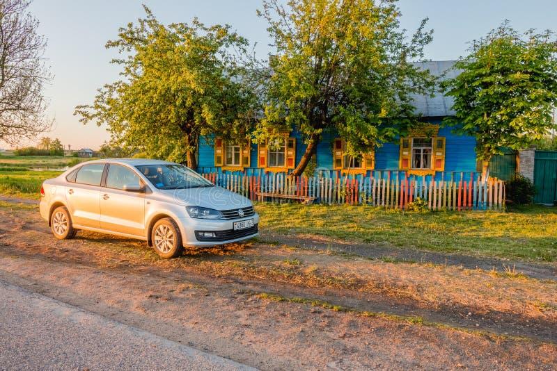 Bil Volkswagen Polo Vento nära huset Krasnyy Partizan, Bela fotografering för bildbyråer