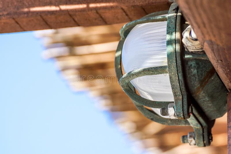Bilaga för takljus till taket med litet till inget mellanrum mellan det ljusa fasta tillbehöret och taket arkivfoto