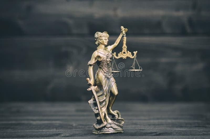Bilancia della giustizia, Justitia, signora Justice su un fondo di legno nero immagine stock