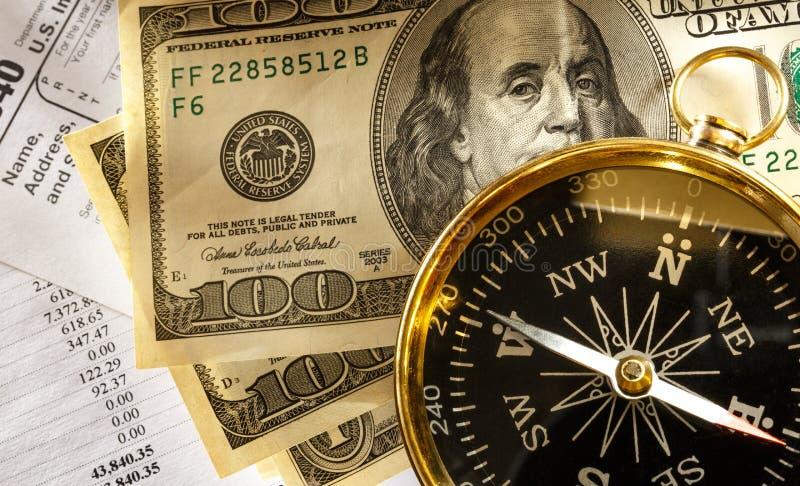 Bilancio, bussola e soldi immagine stock