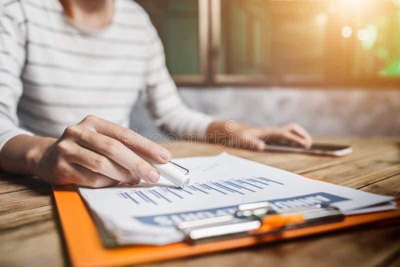 Bilancio finanziario di imposta calcolatrice femminile del ragioniere nell'ufficio fotografia stock libera da diritti