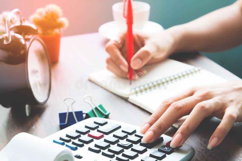 Bilanzauffassung, berufstätige Frau unter Verwendung des Taschenrechners lizenzfreie stockfotografie