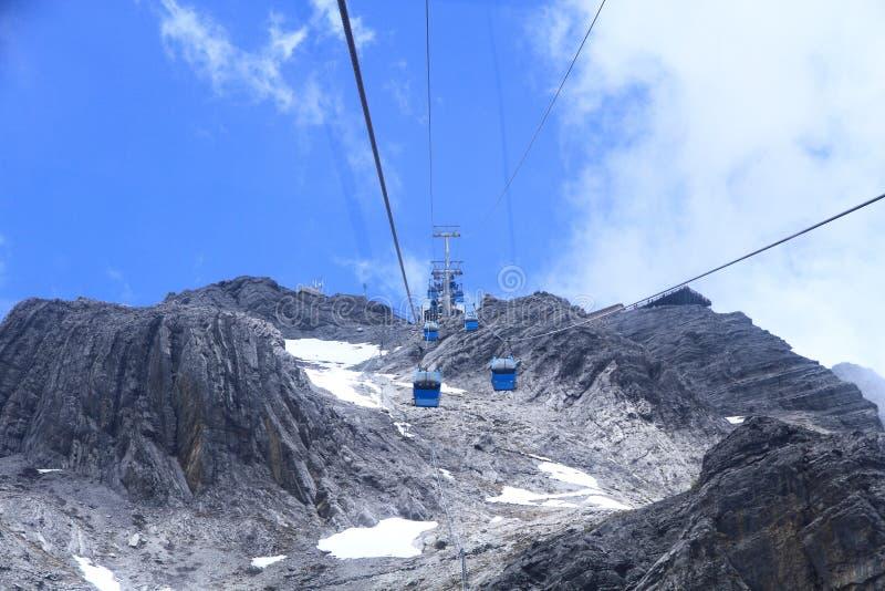 Bilar för Jade Dragon Snow Mountain cablewaykabel fotografering för bildbyråer