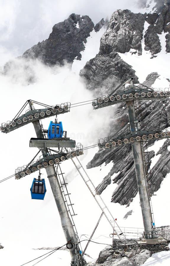 Bilar för Jade Dragon Snow Mountain cablewaykabel arkivfoton