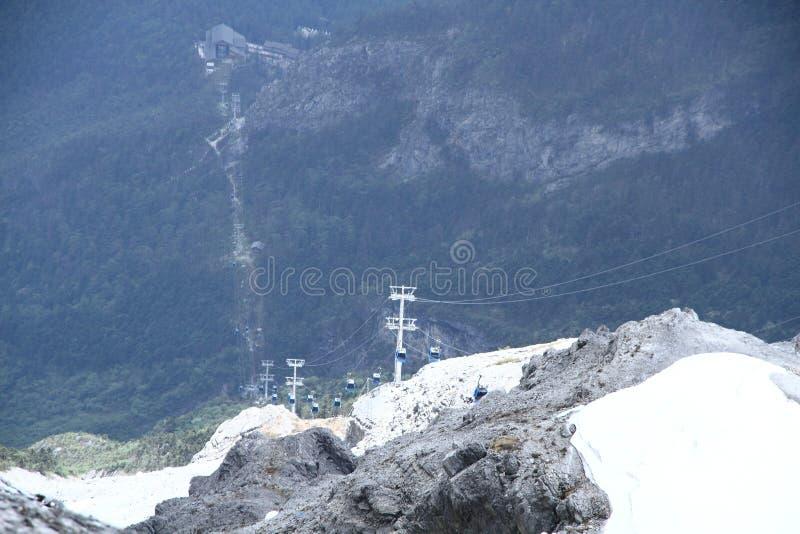 Bilar för Jade Dragon Snow Mountain cablewaykabel royaltyfri bild