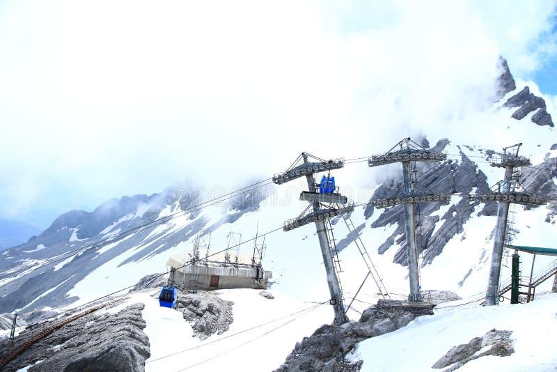 Bilar för Jade Dragon Snow Mountain cablewaykabel royaltyfri foto