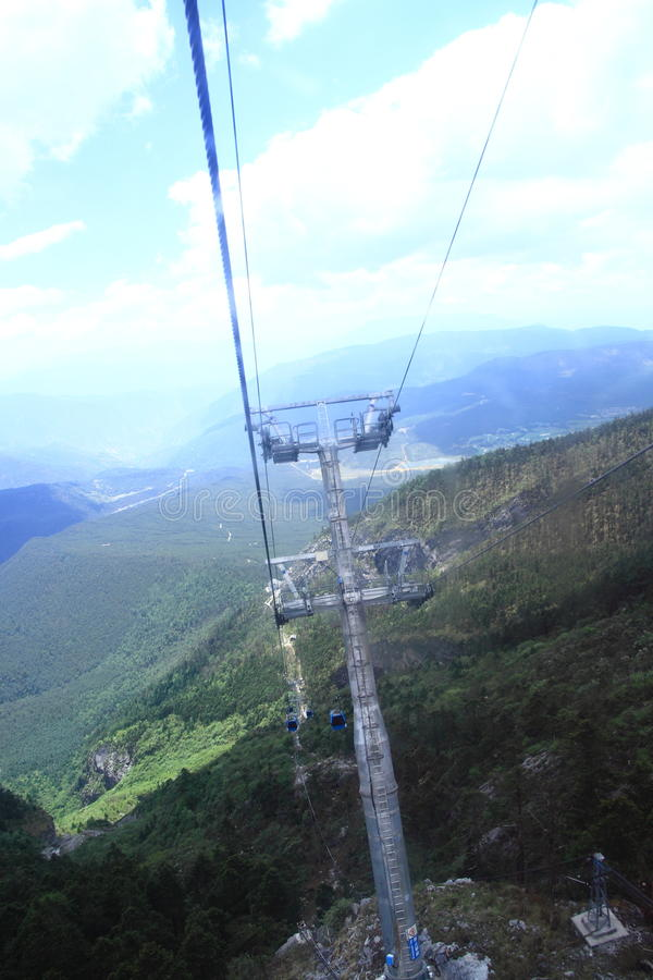 Bilar för Jade Dragon Snow Mountain cablewaykabel arkivfoto