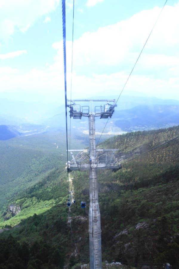 Bilar för Jade Dragon Snow Mountain cablewaykabel arkivbild