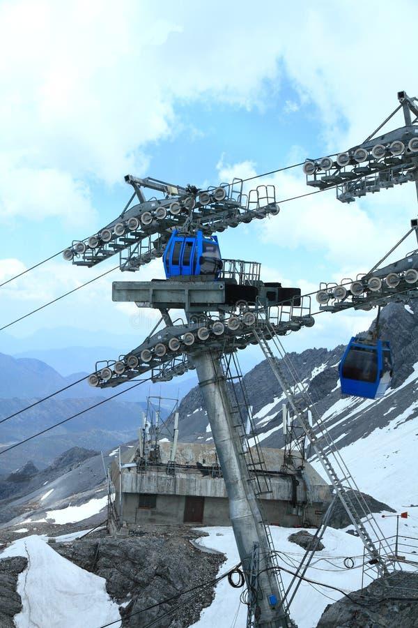 Bilar för Jade Dragon Snow Mountain cablewaykabel arkivbilder