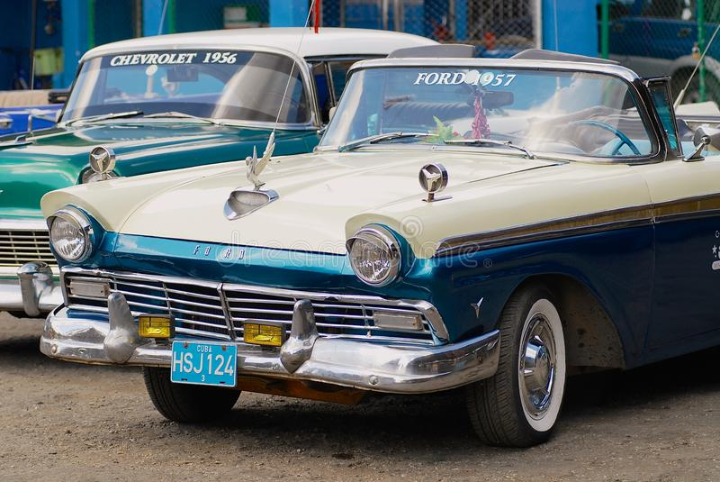 Bilar för tappning som Ford och Chevrolet parkeras på gatan i havannacigarren, Kuba arkivfoto