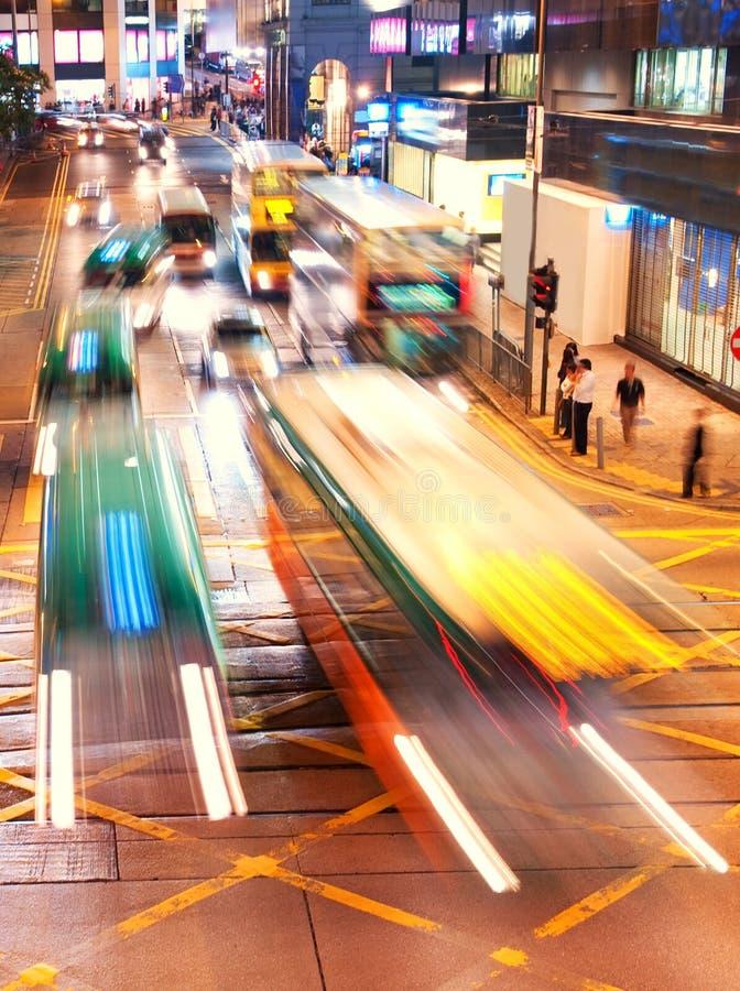 bilar fast den moving nighttimen royaltyfria bilder