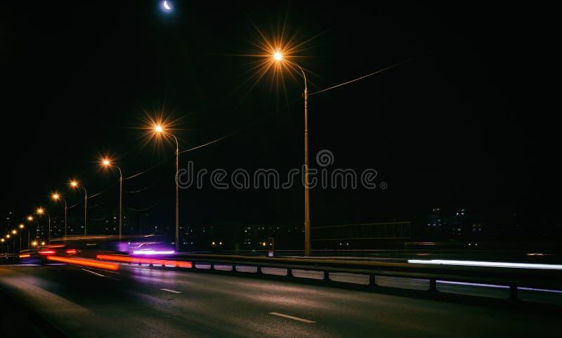 Bilar går på nattstad royaltyfri bild