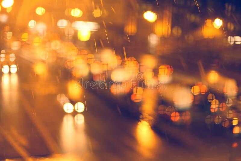 Bilar i nattstaden royaltyfri foto
