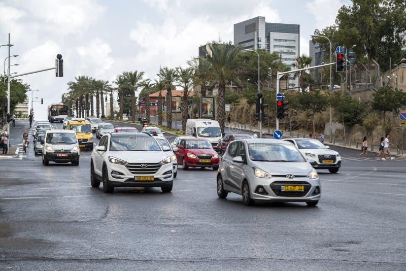Bilar i trafik i Tel Aviv, Israel royaltyfria bilder