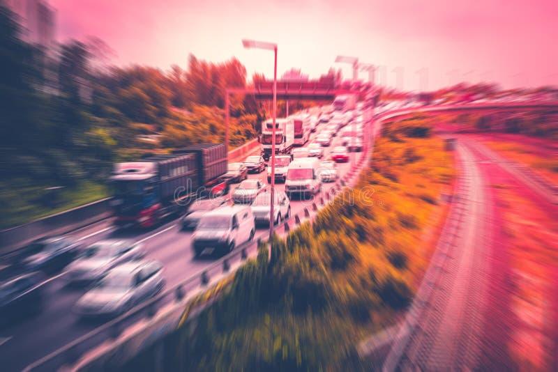 Bilar i trafikstockning på huvudvägen, begreppsrörelsesuddighet royaltyfri foto