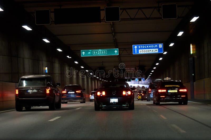 Bilar i tunnelen i Stockholm, Sverige arkivfoton