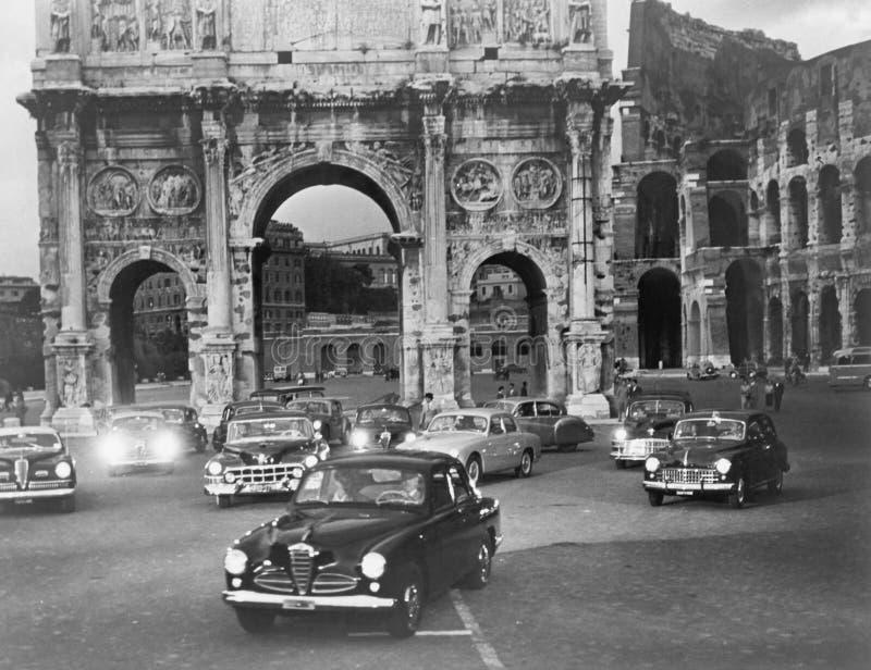 Bilar och fornminnen Rome Italien (alla visade personer inte är längre uppehälle, och inget gods finns Leverantörgarantier det royaltyfri fotografi