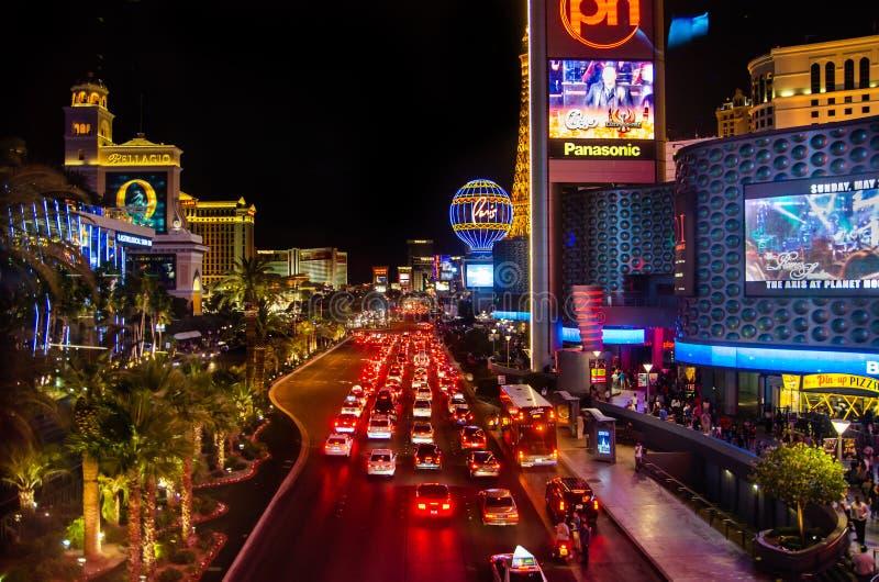 Bilar på en av centrala gator av Las Vegas san för natt för fjärdbroca francisco tid royaltyfri foto