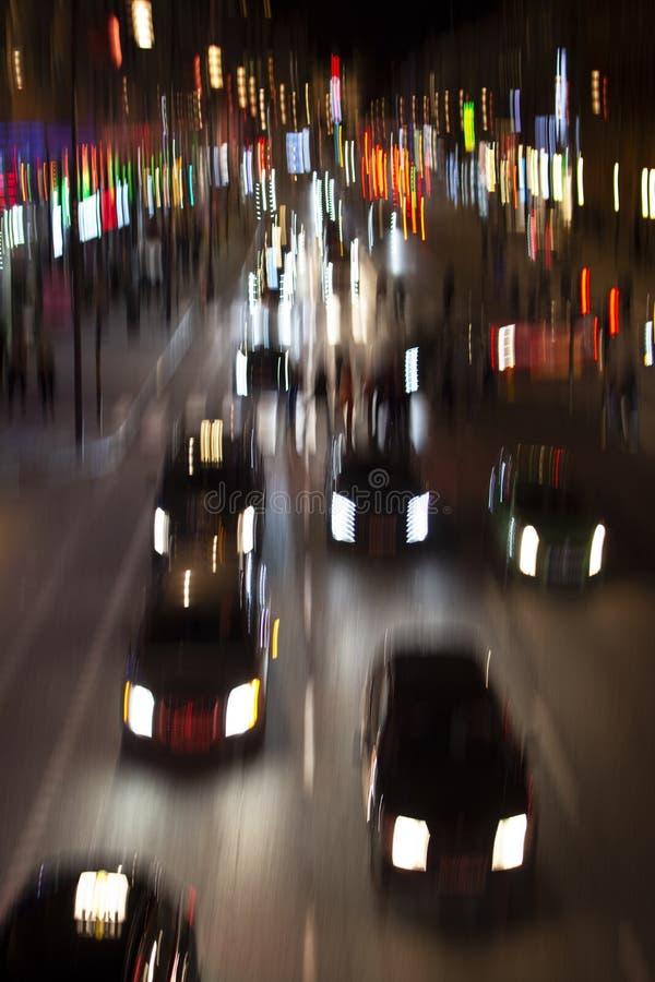 Bilar på flyttningen i rörelsesuddighet på stadsgatan arkivbild