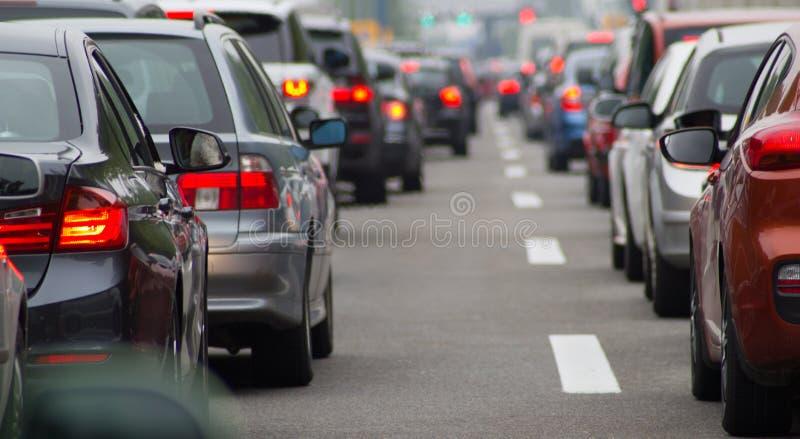 Bilar på huvudvägen i trafikstockning royaltyfria bilder