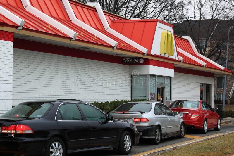 Bilar på McDonalds Drev-till och med royaltyfria foton