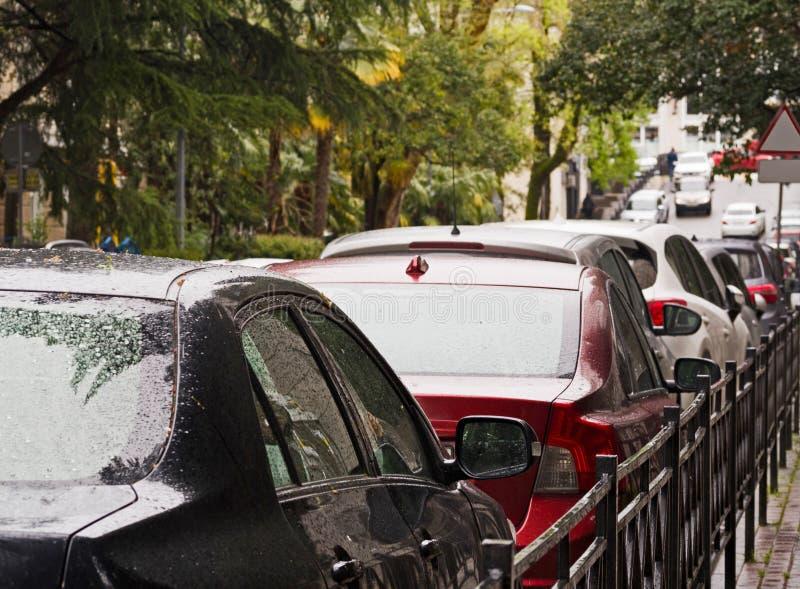 Bilar ror i trafikstockning eller parkerat p? gatan fotografering för bildbyråer