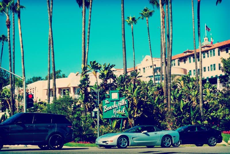 Bilar som förbigår Beverly Hills Hotel arkivbilder