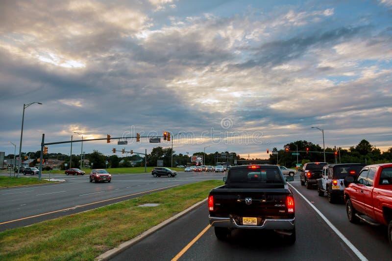 Bilar som klibbas i trafik på en genomskärning royaltyfri foto