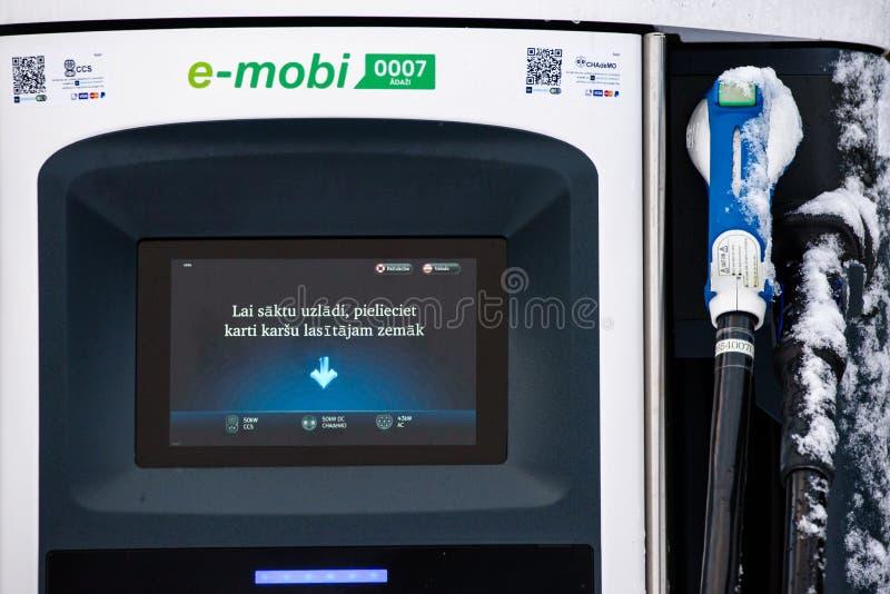 bilar som laddar den elektriska stationen För medeltillförsel för EVSE elektrisk utrustning royaltyfri bild
