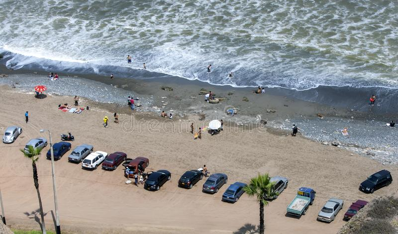 Bilar som parkeras på ett avsnitt av den Miraflores stranden på Lima i Peru arkivbilder