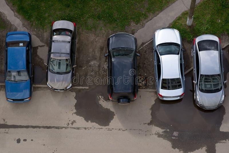 Bilar som parkeras på gräsmattan royaltyfri foto