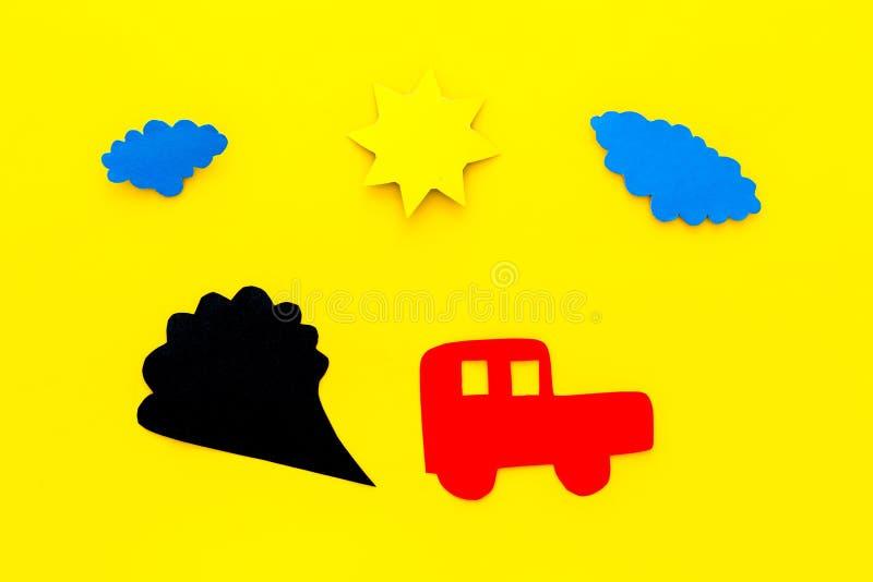 Bilar som sänder ut rök Oljetrumma och världsöversikt skada miljön Bilen och rökutklipp på bästa sikt för gul bakgrund kopierar arkivfoto