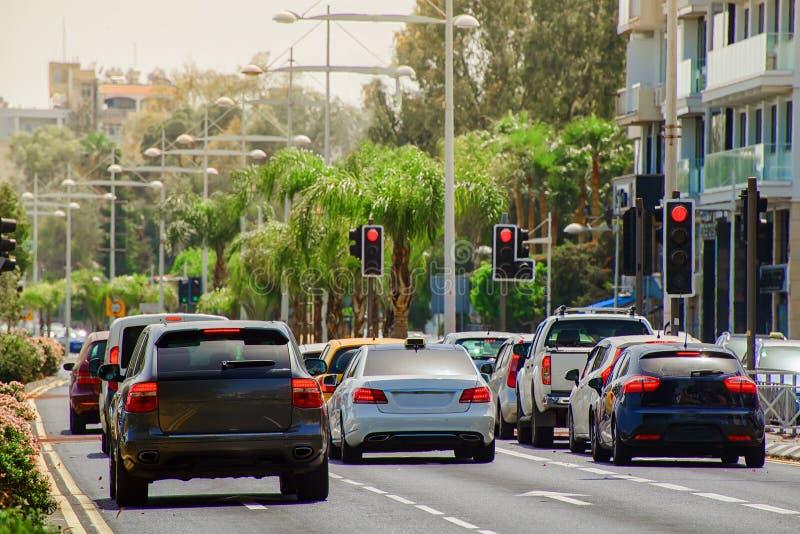 Bilar som stoppas på en röd trafikljus royaltyfria bilder