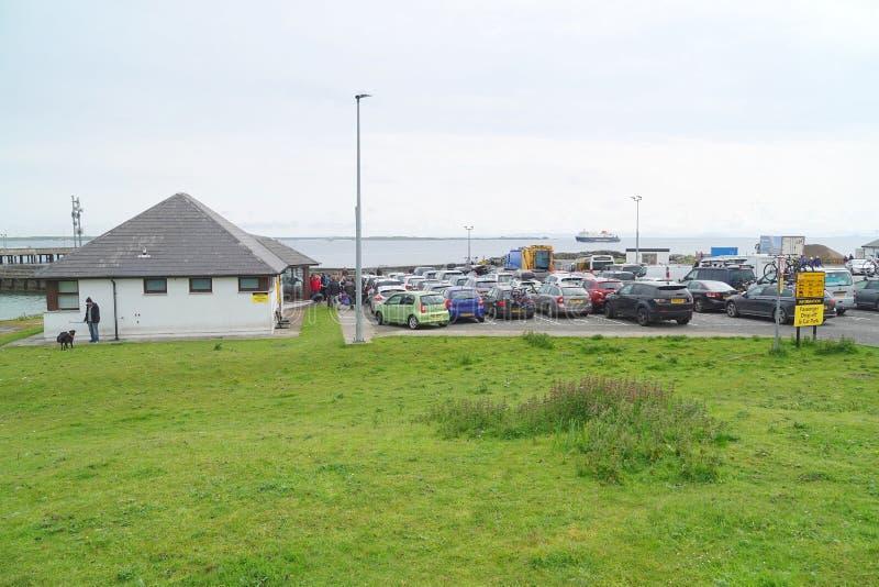 Bilar som väntar på färjan på färjaterminalen arkivbild