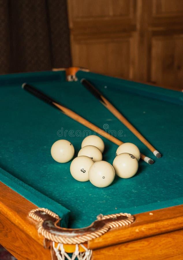 Bilardowa wskazówka i piłki na zielonym stole obrazy royalty free