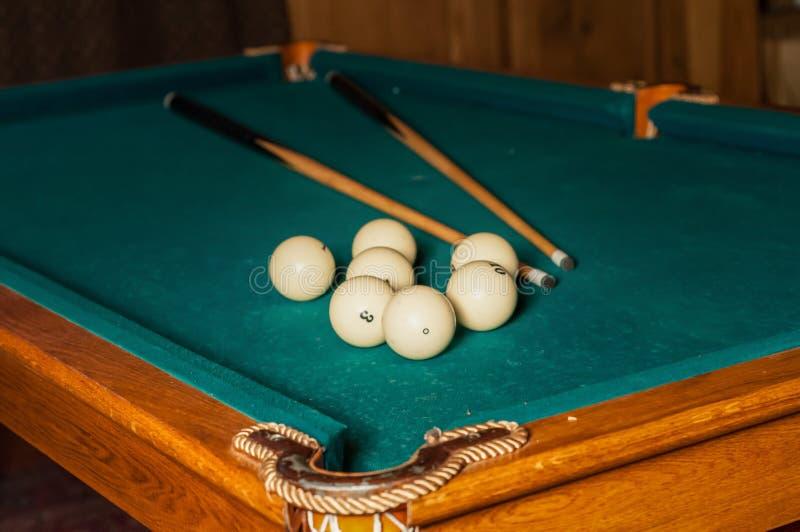 Bilardowa wskazówka i piłki na zielonym stole zdjęcia royalty free