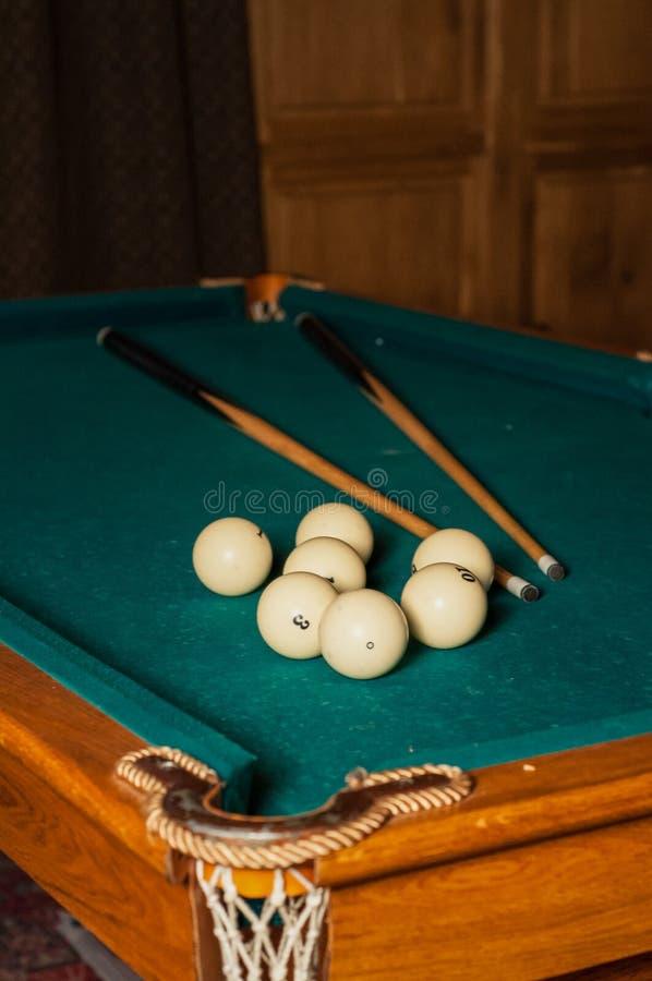 Bilardowa wskazówka i piłki na zielonym stole fotografia stock