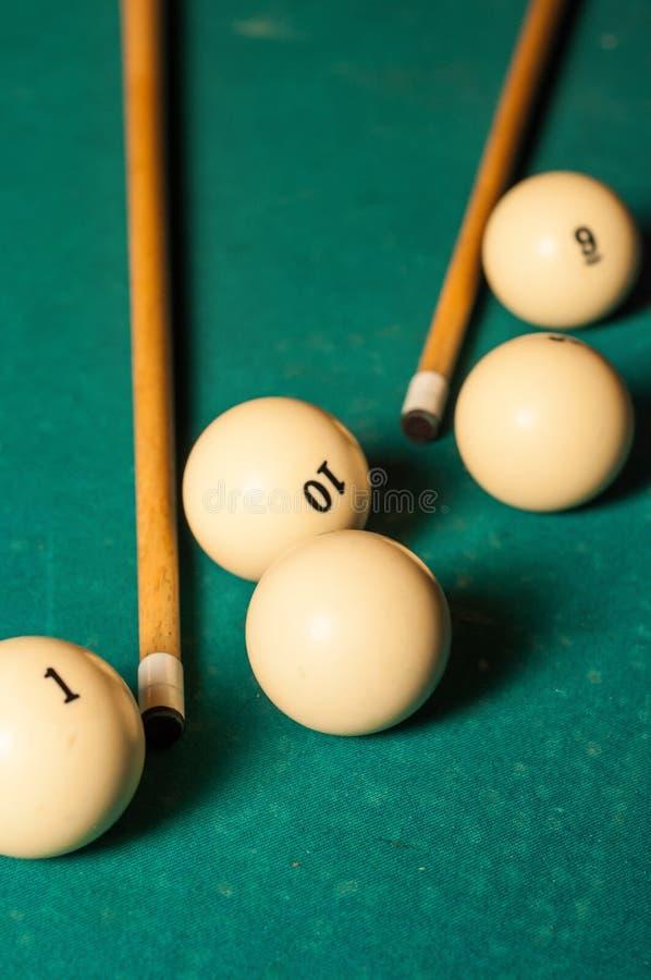 Bilardowa wskazówka i piłki na zielonym stole zdjęcie stock