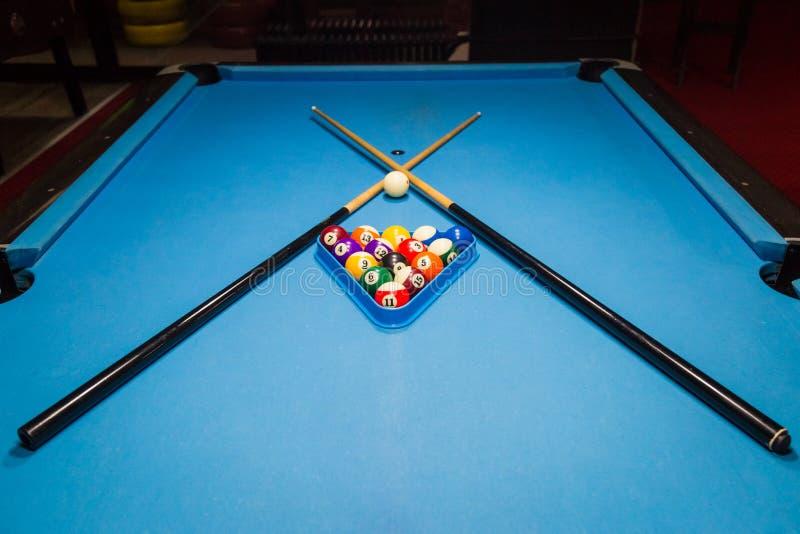 Bilardowe basen piłki w trójboku i kije na stole zdjęcia stock
