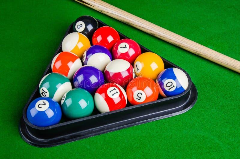 Bilardowe piłki na zielonym stole z bilardową wskazówką, snooker, basen zdjęcie stock